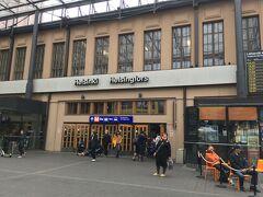 <ヘルシンキ中央駅>14:15  約30分で中央駅に到着。  Helsinki フィンランド語 Helsingfors スウェーデン語  お隣の国スウェーデン。 昔フィンランドはスウェーデンの一部でした。