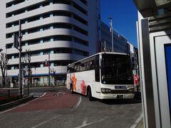 ★11:17 ほぼ定刻でやって来た、関越交通の高速バス「みなかみ温泉号」。 毎年冬になると期間限定で運行される、東京→みなかみ行きのバスで何度も利用しています。今年からは結構奥の方にある水上高原ホテルさんまで行くようになったり、乗降できるバス停が増えたりなど便利になりました。