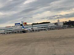 福岡空港に着陸いたしました。福岡空港は小雨がぱらつく天候へと変わりまして、ちょっと今後の天気が心配です。