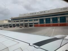 那覇空港に到着しました。こちらは雨は降ってはいないようです。曇りです。