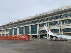 那覇空港に到着しました。那覇は曇りながらも雨は降っていないようでした。