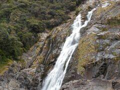 落差が88mあります。石伝いに、滝つぼの近くまで行くことができるそうです