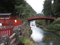 ホテルの坂を下って「神橋」を見に行きました。