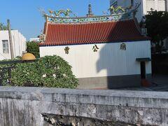 平成砲台の屋上から曹公廟が見えます