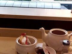 横浜駅の目の前、西口出てすぐ。地下通路から外に出ずとも来ることができます。  普段は珈琲派の私ですが、メニューにロンネフェルトがあると紅茶をオーダーしちゃいます♪ SPGカードで15%OFFになりお得です! 普通のカフェに比べたらもちろんお高いけど、優雅なひとときを過ごせます(*^^*)  この後は月イチ恒例の献血へ。 コロナが流行り出してしばらく「輸血用の血液が不足している、献血は不要不急の外出ではありません」との呼びかけを見て以来、毎月献血へ行くようになりました。ご健康な皆様も是非!!