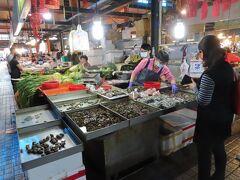【武廟市場で買い物 高雄 2021/02/02】  日本へ戻りますので、家族と暫しの別れの食事するために武廟市場に買い物に行きました。お目当ては蟹は二匹しかなく、それを700元で買って、烏賊、刺身、蛤、野菜など買いました。