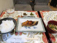 市場の中には食事ができるお店がいくつかあり、その中の一つである「コーヒーマルシェ」さんで銀だら定食(1,300円)を昼食としました。余談ですが、銀だらは鱈とは全く別の魚です。