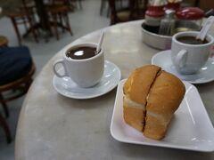 シンガポールらしいカヤトーストの朝食。 空港で朝食を済ませることも多かったけれども、街角の食堂で地元の人に紛れて食事をすることが出来るのもホテルに手荷物を預けられてるお陰です。