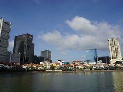 ラッフルズ卿上陸記念のモニュメントからのリバーサイドの眺めはシンガポールならでは。