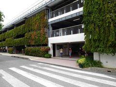 ホテルからの距離は結構ありますが、美ら海水族館に一番近い駐車場へ到着です。ここを出て・・