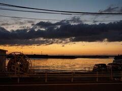 18時、夕焼けに染まる西之表港に面した「あらきホテル」に着きました。4時間40分(280分)タクシーを利用して28000円でした。