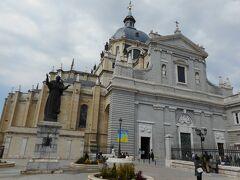聖フランシスコ・エル・グランデ教会から北に8分程歩いてアルムデナ大聖堂に向かいます。 王宮の南隣にあり、バイレン通り沿いに並んでいます。マヨール通りを挟んで更に南のアラブ城壁跡からも別の角度で外観を眺めることが出来ます。 大きな立派な大聖堂で、マヨール通り側のサンタマリア教区レアルデラアルムデナ(クリプト)も併せて見学できました。