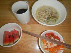 11月23日。 宿の朝食。麺とサラダとスイカ。麺はあっさりしていて、おいしかった。