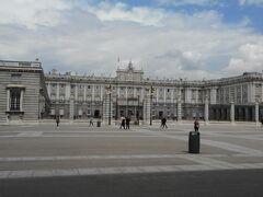 王宮です。こちらもこの日は観光客は少ないですが、衛兵交代式の時はお巡りさんが交通規制をしていて、王宮に入るのも行列でした。