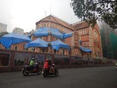 サイゴン大教会(聖母マリア教会)。 後ろ側から見ると修復中だった。