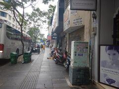 ドンコイ通りをさらに歩く。