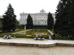 サンビセンテの門から東に数分歩くとサバティニ庭園があります。王宮の北側あたりです。写真の奥に王宮の建物が見えています。