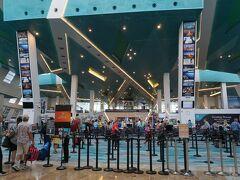 ターミナルにはもう次の乗船客が集まっています。 といっても人が少ない・・・ 結局、この航海を最後に全てのクルーズがキャンセルとなりました。 2020年12月にシンガポール人だけの無寄港クルーズが再開されましたが、外国人が乗船出来るようになるのはいつになることやら。