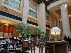 歩き倒したのでフラトンホテルでティータイム。 雑多なアジアの喧騒から一気に優雅なホテルライフとなります。