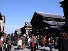 内宮の参拝を終え、おはらい町へと向かう。 そこは、伊勢参宮街道の両脇に、妻入りの木造建築が建ち並ぶ街なのだが、渋谷の繁華街のような人出で、真っ直ぐ歩くのもままない。
