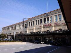 15分ほどで宇治山田駅へ到着。 その駅舎は、昭和6年(1931)開業当時の建物で、東武鉄道の浅草駅を設計した久野節によるものだそうだが、外観だけでなく、内部も凝った意匠が施してあり、今では考えられないくらい豪華なものだった。 国の登録文化財にも指定されている名建築である。