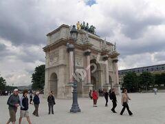 世界遺産「カルーゼル凱旋門」 1808年に完成。高さ19m。アウステルリッツの戦い(対ロシア・オーストリア連合軍)での勝利を祝してナポレオン1世が居を構えたチュイルリー宮殿(1871年焼失)の門として建設を指示。