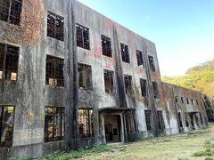 大久野島では、1929~1945年、大量の毒ガス兵器が製造されていました。 当時の面影が残る廃墟「発電所跡」です。 柵があって中には入れません。 不気味だし崩れるかもしれないし入りたいとも思わないですが。。