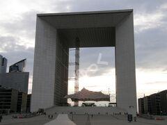 「新凱旋門(グランダルシュ)」 フランス革命200年記念となる1989年に完成。高さ110m、35階建ての高層オフィスビル。