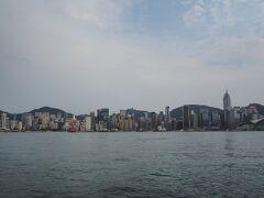 ビルの合間を通り1ブロック先に尖沙咀プロムナードがあります。 対岸の香港島を一望できます。