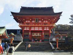 ひときわ立派な建築物。天正17(1589)年に豊臣秀吉が造営した楼門である。