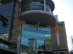 マンホールカード配布場所は「聖蹟桜ヶ丘OPA」最上階の「関戸公民館」。 ビルの円形にせり出した部分へと上って行きます。