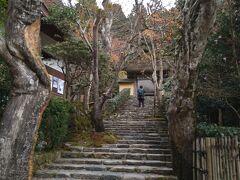 ひっそりと佇む寂光院に来ました。  聖徳太子が御父用明天皇の菩提を弔うために創建されたと 伝えられる由緒ある尼寺です。