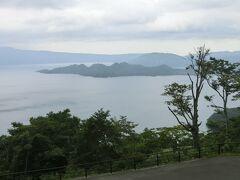 【発荷峠展望台】15:45 県道2号線樹海ラインを進み、国道103号線に合流すると十和田湖はもうすぐ。 発荷峠展望台に車をとめ、一足早く十和田湖を拝みます。