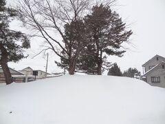 11:27 余目駅から、900m/13分。  ナニコレ! はい、こちらは「梵天塚古墳」です。 雪に埋もれていますが、東西32m・南北15m・高さ2.8m、11世紀頃の古墳と推測され、旧余目町の文化財指定1号となり、今は庄内町指定史跡となっております。
