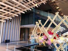 エントランスは建築家隈研吾氏によるデザイン。  この奥に最近話題の『ORIGAMI』が(笑)。