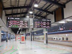 東京駅 毎回朝はなんでこんな早い時間の新幹線を予約しちゃったんだろうって反省するんですが、遠足の日は早いのが基本ですよね  スノーモンキー行きのバスにちょうどいい時間の新幹線は割引なしで、15分位早いのはえきねっとで50%オフだったんで、もちろん安い方で 15分で4,000円/片道なら早い方を選びますわ それに金沢まで行くやつより長野終点のほうが乗りこさずにすむので精神的に楽ですしね  自分の席に行ったら、お隣席に別のお客さんが こんなに空いてるのに、お隣??不思議ですねぇってお隣の方と話してたら、前の列だったみたい そんな気がしたから、あえて話しかけてみたんです ということで無事2席でゆったりと コロナ関係なくても、お隣はいないほうが快適ですしね