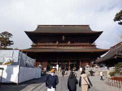 山門(三門)重要文化財 寛延三年(1750年)に建立された二層入母屋造りの門です。屋根は大正年間の葺き替え時に檜皮葺きとなりましたが、平成十四年から十九年にかけて行われた平成大修理において、建立当時と同じサワラの板を用いた栩葺き(とちぶき)に復原されました。