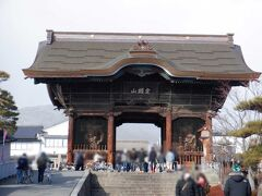 仁王門は宝暦二年(1752年)に建立されましたが、善光寺大地震などにより二度焼失し、現在のものは大正七年(1918年)に再建されました。この門には善光寺の山号である「定額山」の額が掲げられています。  仁王像並びに仁王像背後の三宝荒神・三面大黒天は共に高村光雲・米原雲海の作であり、その原型は善光寺史料館に展示されています。