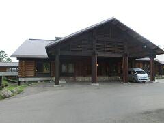 【八甲田ホテル】15:45 この日は宿がかわり八甲田ホテルになります。 奥入瀬渓流ホテルから40分弱の時間をかけて移動し、八甲田ホテルへやってきました。  以前、星野リゾート青森屋に泊まった時に、日帰りツアーで来たことがあり、いつか泊まりたいと思っていたホテルです。