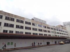 14:09 ピアBandaiから1.5km/徒歩20分。 新潟駅に着きました。  昭和38年完成の新潟駅万代口駅舎。 新潟の象徴でしたが、閉鎖されました。 高架化再開発で解体されます。  今回でホントの見納めになりそう。 カシャ。