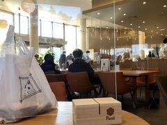 OH!!! 発酵、健康、食の魔法!!! https://oh-hanno.jp/  飯能駅から大里屋本店に向かうバスの車窓右手に見えた、モダンな建物。テラス席には、昼時であることもあいまって、食べもの飲みもの片手に(両手に?)くつろぐ人々が。大里屋からてくてく歩くこと約20分。飯能中央公園の目の前に、その建物はあった。中に入ってみると、麹の専門店。14時をすぎていたけれど、店内はまだまだ賑わっていて、ランチやカフェを楽しむ地元民やハイキング客でにぎやか。  天覧山登山口はお店の裏手。お昼に山から下りてきてこのカフェをみたら、栄養補給をしたくなるはず。。!(私は登山前に頂きました)