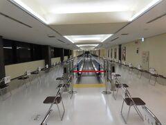 成田国際空港  PCR検査を受ける人が待っている席、200mは続いています