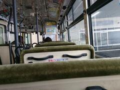 エスモバスターミナルから庄内交通のバスに乗り月山へ向かう。 鶴岡市内を走る庄内交通は市内中心部だけでなく、羽黒山や月山まで路線を張り巡らせている。おすすめの買い方は1日乗り放題券での購入2000円で購入でき、羽黒山頂上まで往復も可能だ。羽黒山の参拝後に市内の路線バスを利用するのであればお得だ。