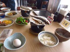 2日目の朝食です。アジの干物を焼いていただきます。卵も地元(宮本養鶏)のもの。