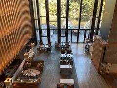 地上階のレストランを見下ろしたところ。ソファ席に案内してもらいました。