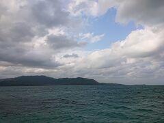 小浜島の一番奥。雄大な西表島が見えます。