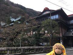 二日目 今日は、箱根の街を散策します。 まずは歩いて湯本まで。 後ろに見えるのは<元湯 環翆楼>です。 明治時代に開業して、名前は伊藤博文から贈られたそうです。