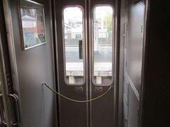 近鉄特急のドアといえば、昔はこの折り畳み式のドアと決まっていました。 現在も21000系「アーバンライナーplus」や30000系「ビスタEX」などで、折り畳み式ドアを見ることができます。