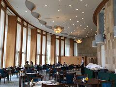 そしてお昼はホテルのメインダイニング<ル・トリアノン>で。 円形の建物に合わせた面白い作り。 2階分の天井高と大きな窓で、開放感いっぱいです。