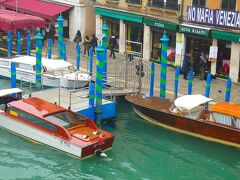 対岸リヴァ・デル・ヴィンRiva del Vinにはホテルやレストランが連なりそそられ 美景。   贅沢な作りのモーターボートも泊まっている。 水上タクシーの数々にはこんな感じのもあるようでした。
